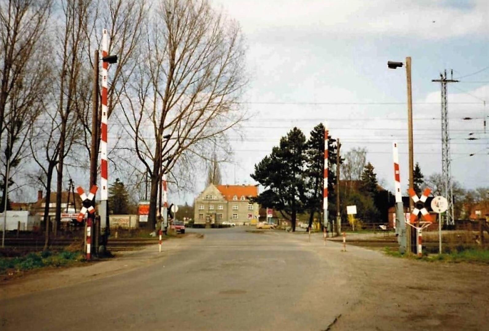 Bahnübergang Brieselang Schranke am Bahnhof Blick zum Platz des Friedens  April 1994 Foto Arno Heinrich .jpg
