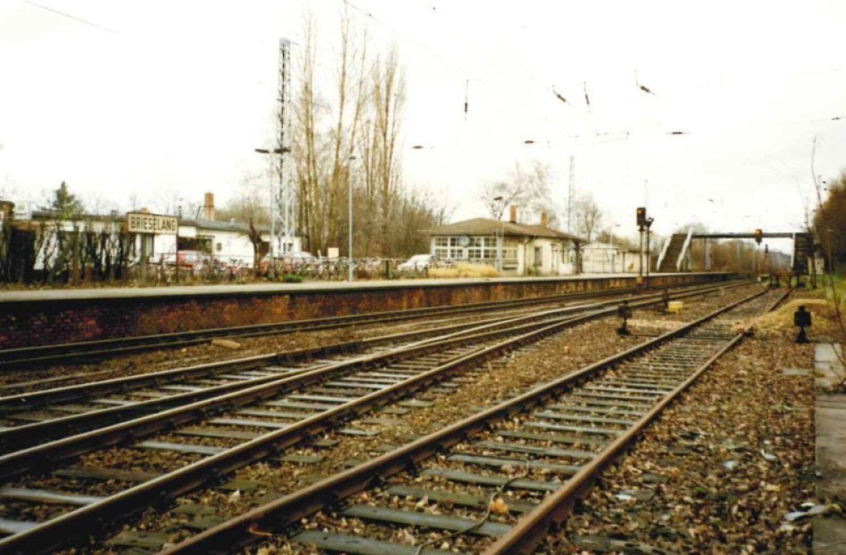 Bahnhof Brieselang Herbst 1994 links Gaststäte Lisel Foto Arno Heinrich.jpg