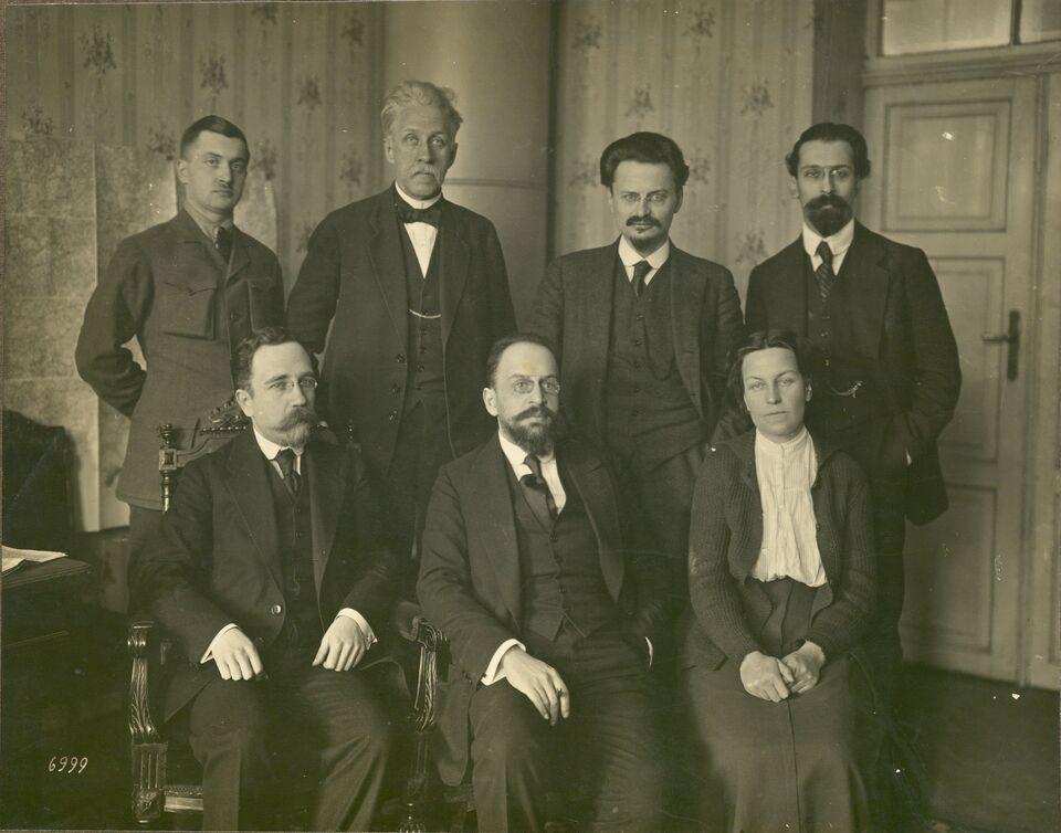 Trotzki in Gruppe_IAH32.jpg