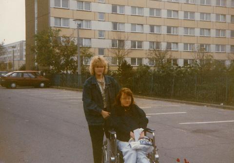 T11_3_Annett mit Freundin vor dem Altenheim.jpg