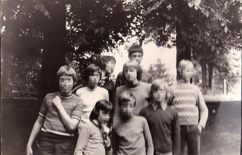 T12_5_Hans mit anderen Schülern.jpg