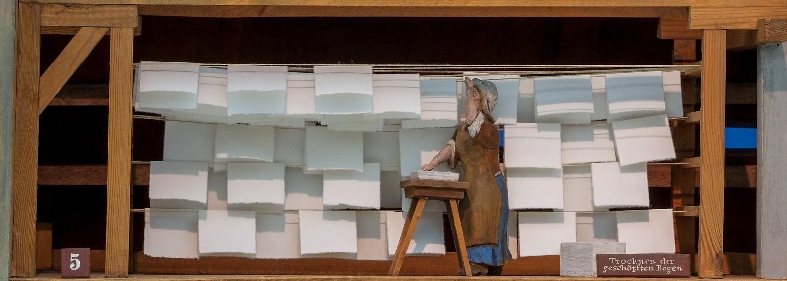 Papiermühle: Trocknen der geschöpften Bogen