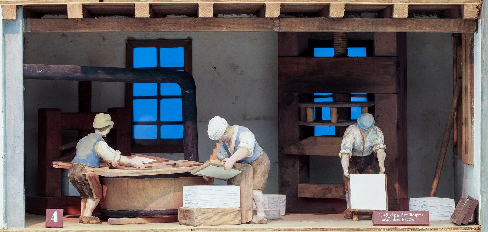 Papiermühle: Schöpfen der Bogen aus der Bütte