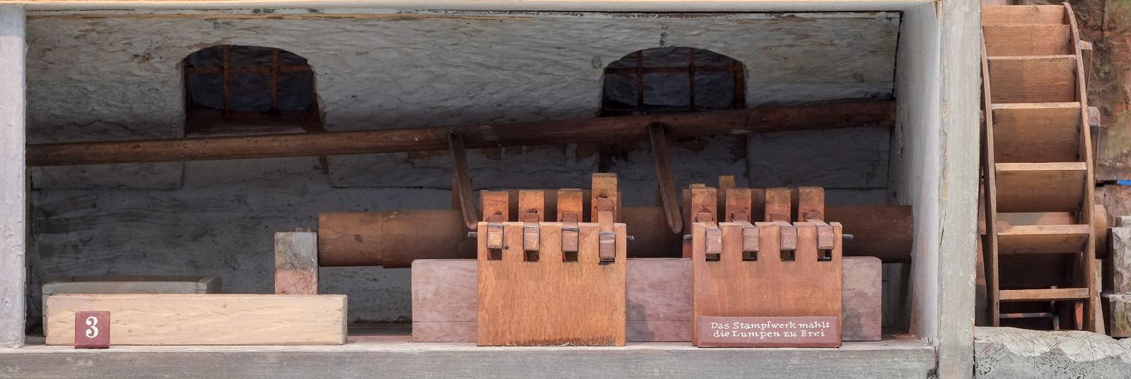 Papiermühle: Im Stampfwerk werden die Lumpen zerfasert
