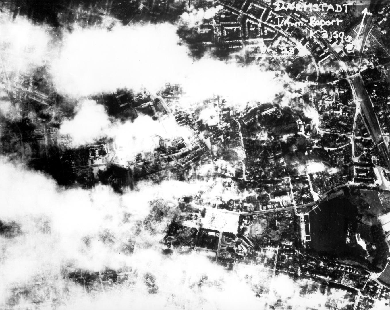 Britisches Aufklärungsfoto des noch brennenden Darmstadt am Mittag des 12. September