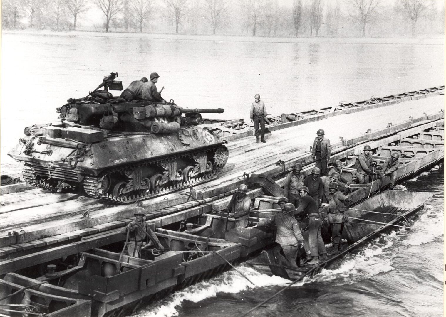 """Amerikanische Soldaten überqueren mit einem M 36 """"Jackson"""" Panzer über eine am 24. März 1945 errichtete Pontonbrücke den Rhein bei Oppenheim"""