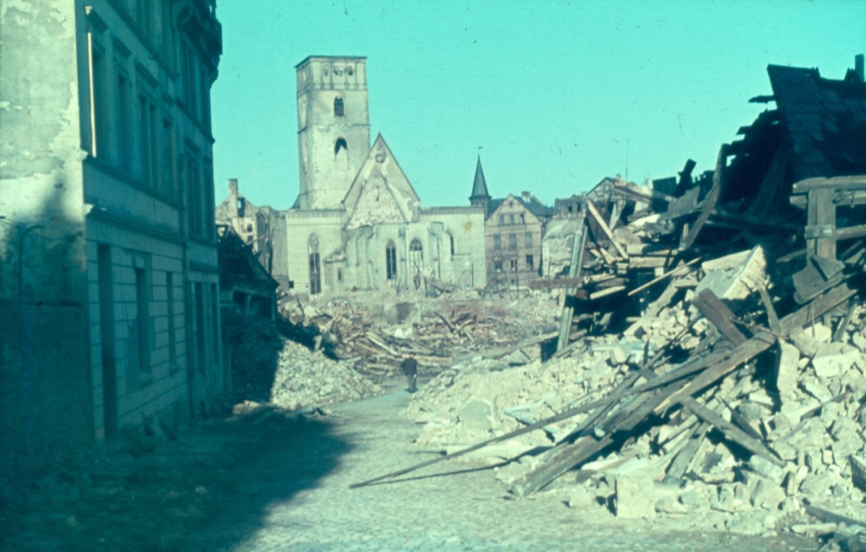 Blick über die Woogstraße auf die zerstörte Stadtkirche