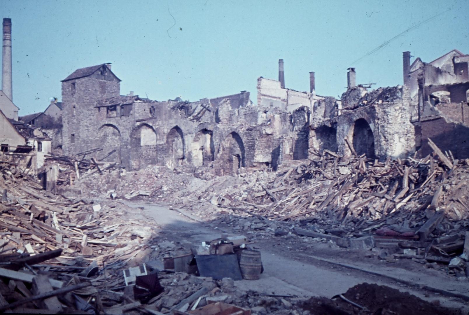Hinkelsgasse, Stadtmauer und Hinkelsturm in Trümmern