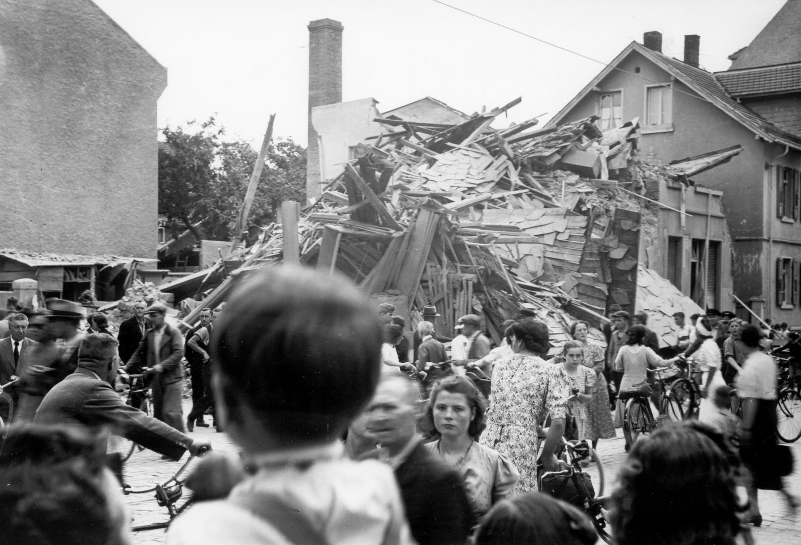 Schaulustige vor durch einen Bombenangriff am 21. Juli 1941 zerstörten Haus Pankratiusstraße 58