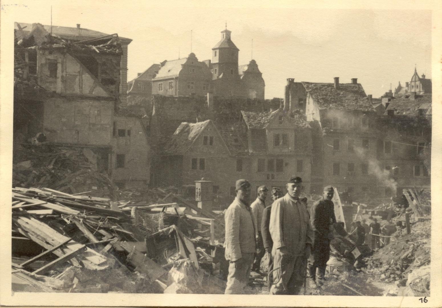 Kriegsgefangene und Wehrmachtssoldaten bei Aufräumarbeiten