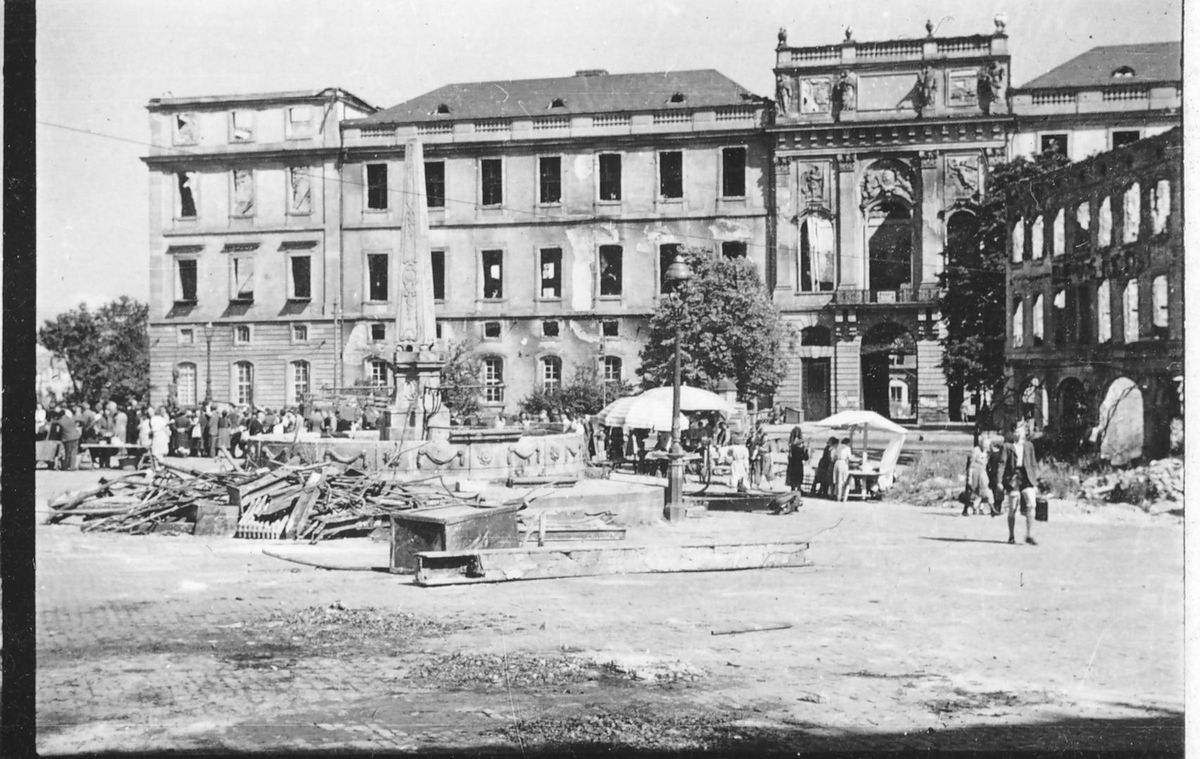 Marktplatz mit vereinzelten Marktständen vor dem Schloss