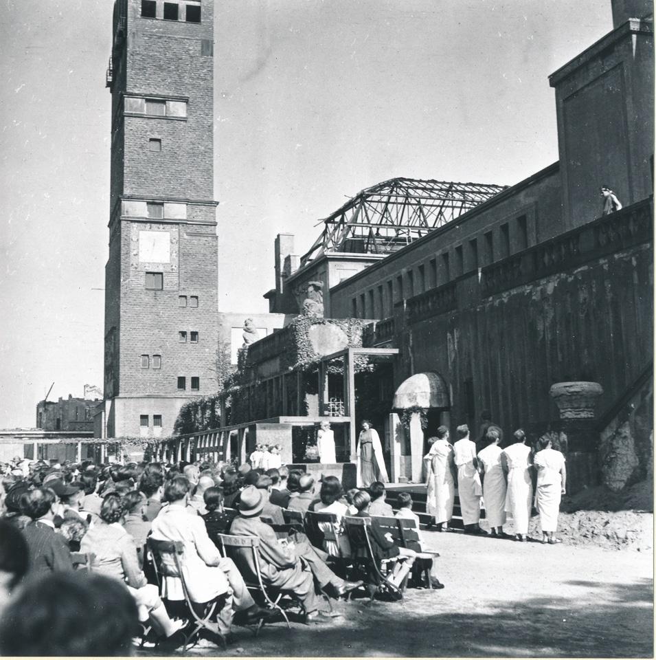 König Ödipus, aufgeführt von Schüler:innen des Ludwig-Georgs-Gymnasium vor der Ruine des Ausstellungsgebäudes Mathildenhöhe