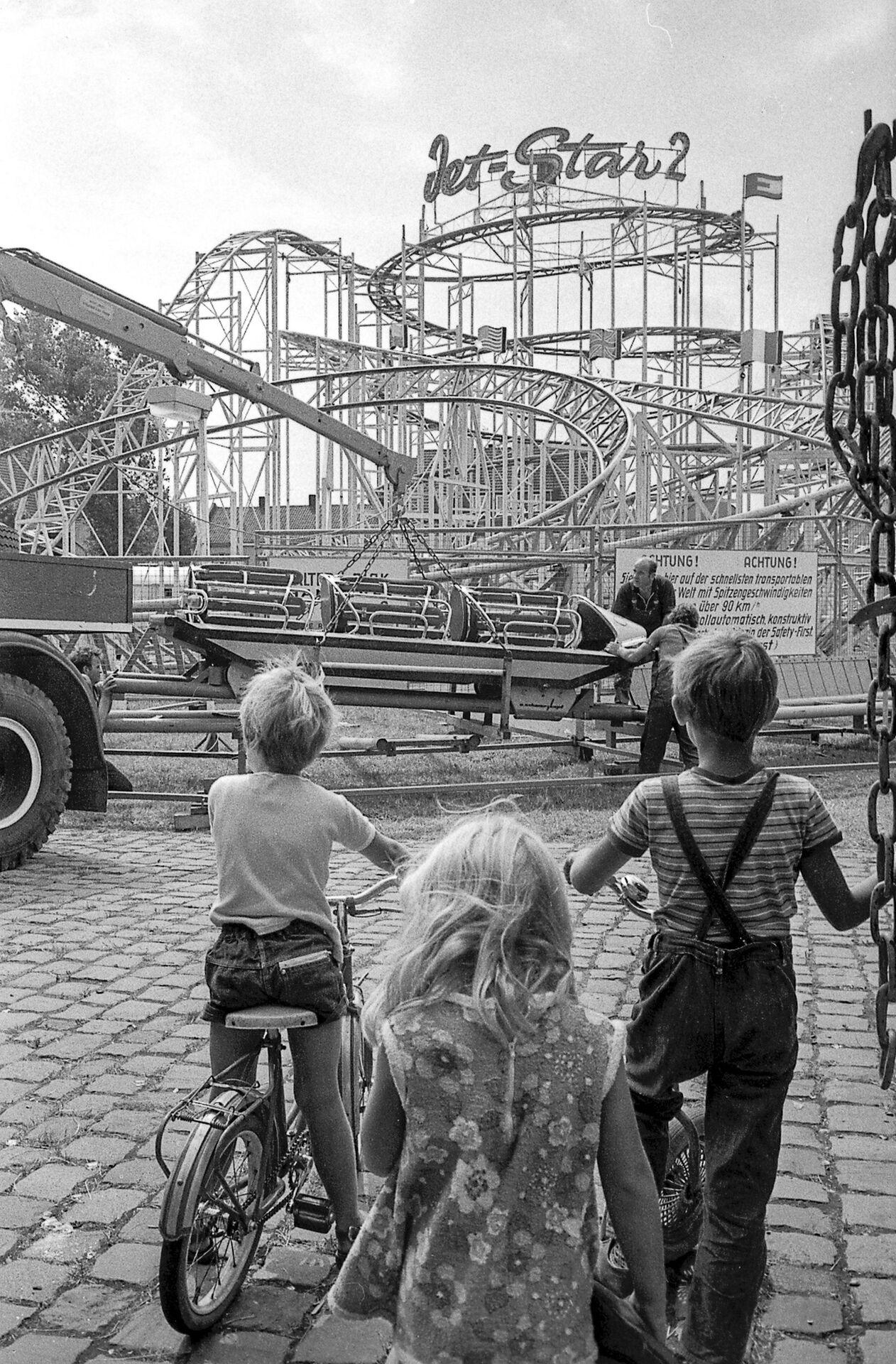 Aufbaupublikum bei der Achterbahnmontage, Ende der 1960er Jahre, Foto Walther Müller.JPG