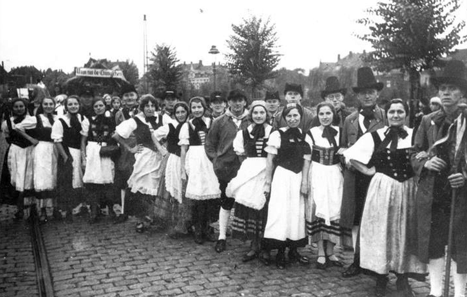 Ländliche Bevölkerung von Crange, dargestellt von Mitgliedern der Theatergruppe 'Fidele Horst'.jpg