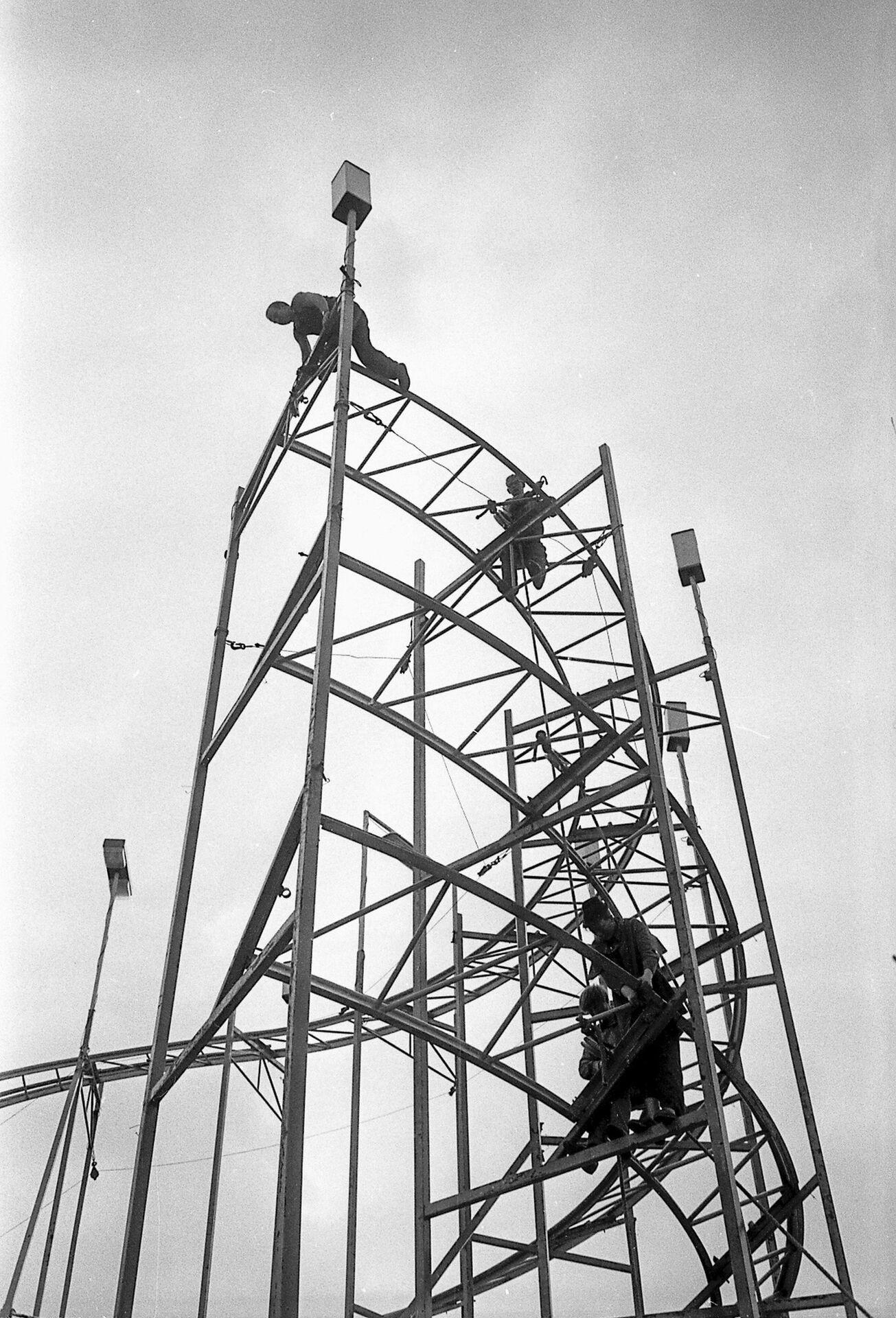 Montage der Achterbahn Ende der 1960er Jahre, Foto Walther Müller.JPG