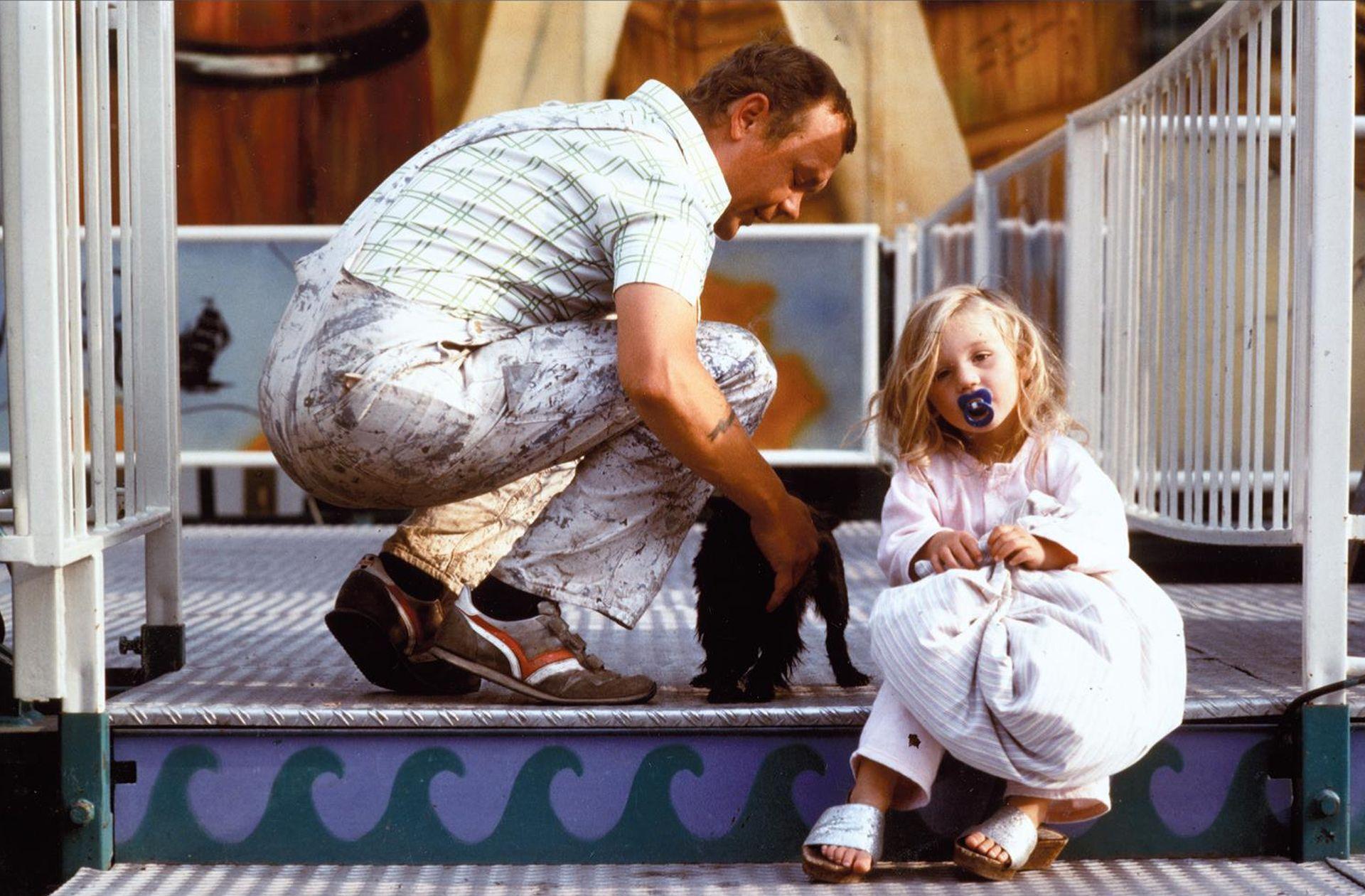 Schaustellervater und -tochter nebst Hund, 1985.jpg