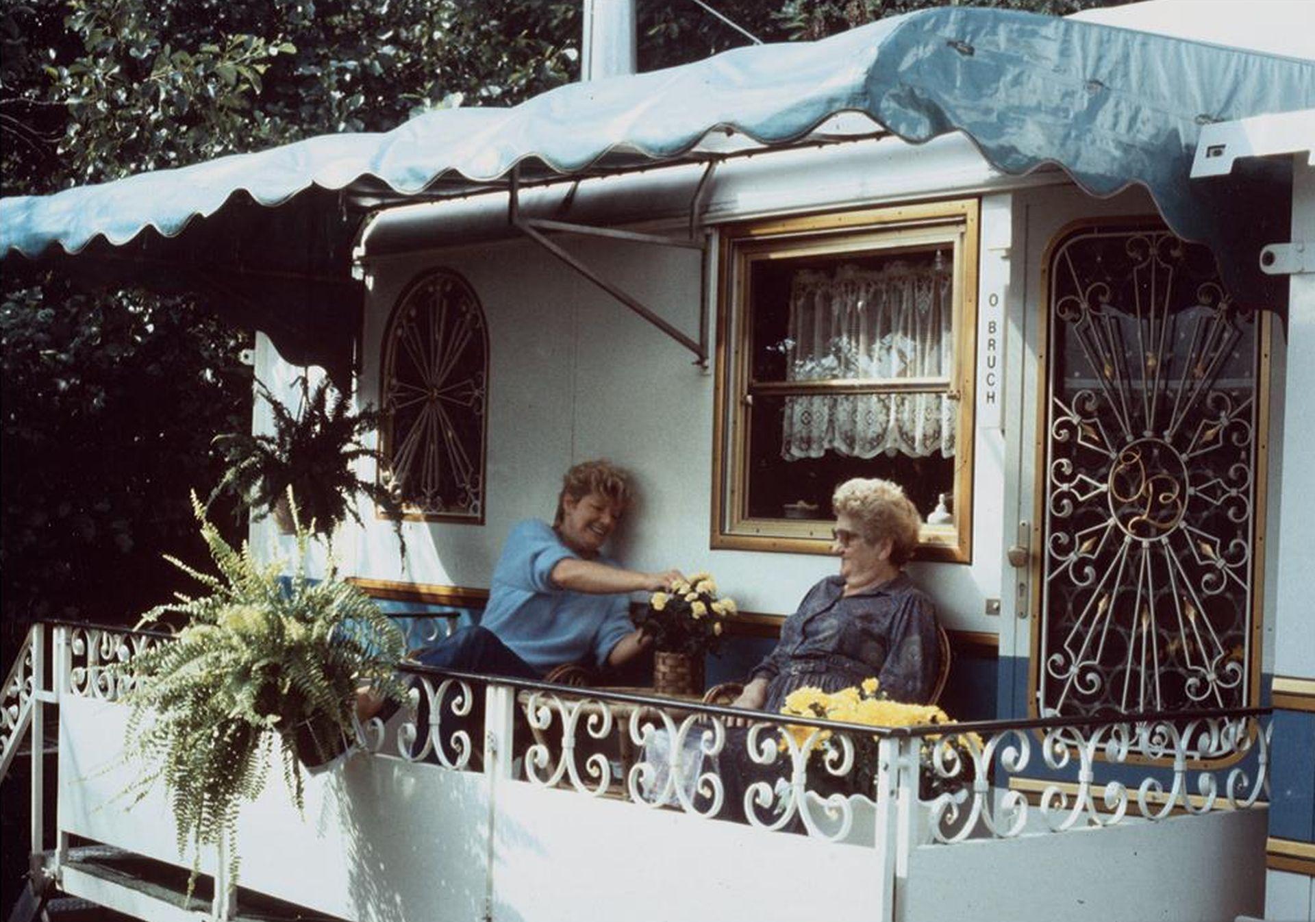 Wohnwagenidylle der Schaustellerfamilie Bruch, 1985.jpg
