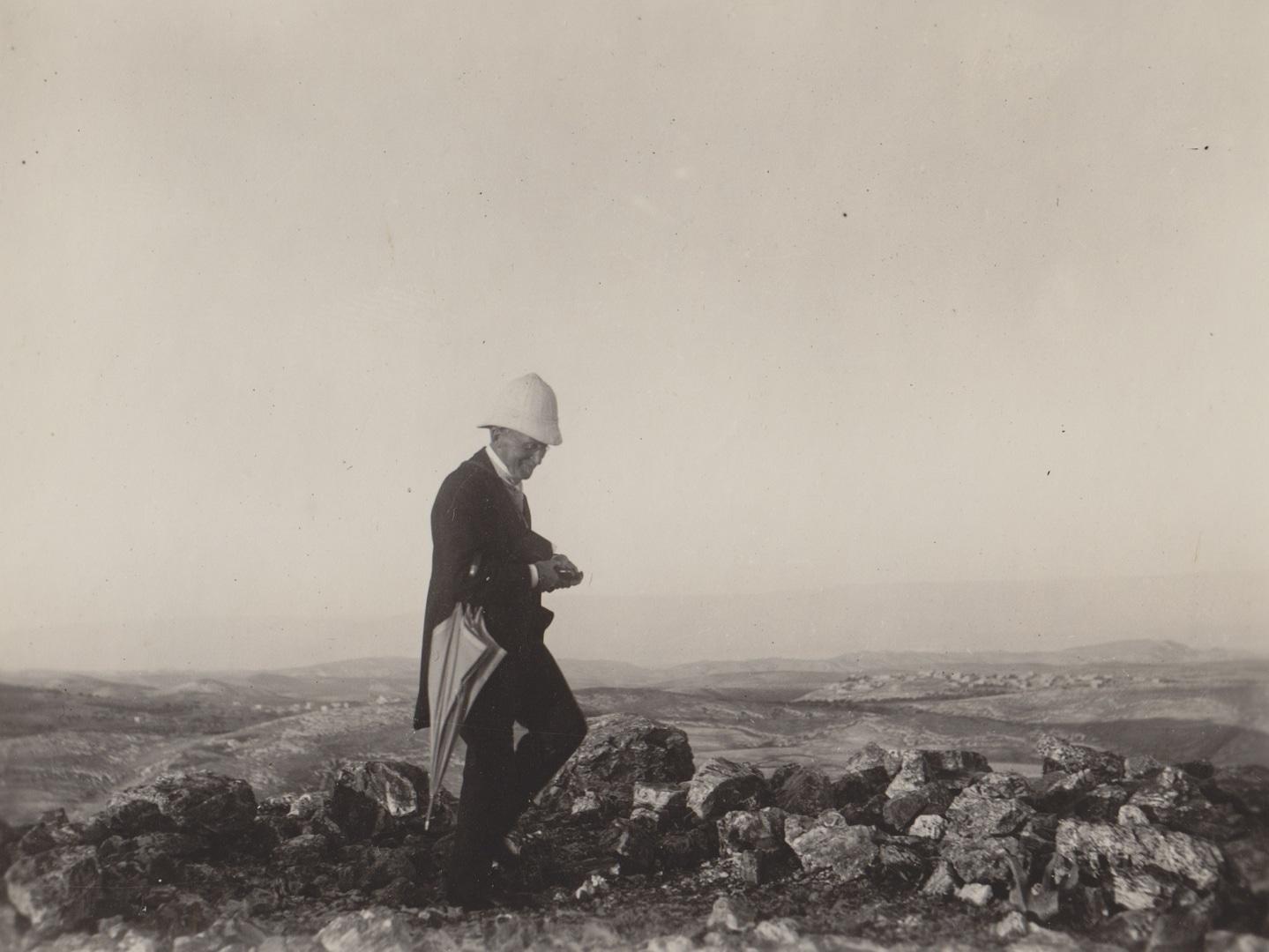 Gustaf Dalman 1925 auf dem Ras el-Mekabber - Bild DEI Jerusalem.jpg