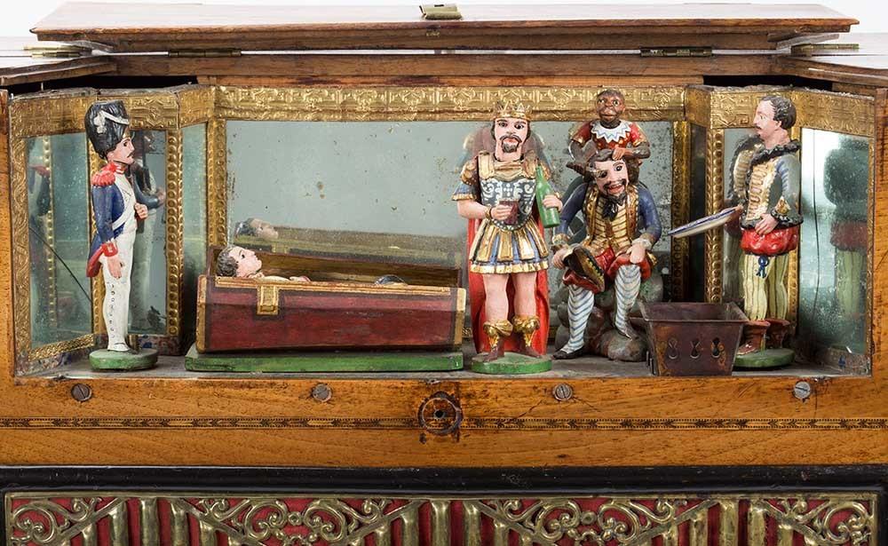 Bühne der Drehorgel mit Napoleon im Sarg