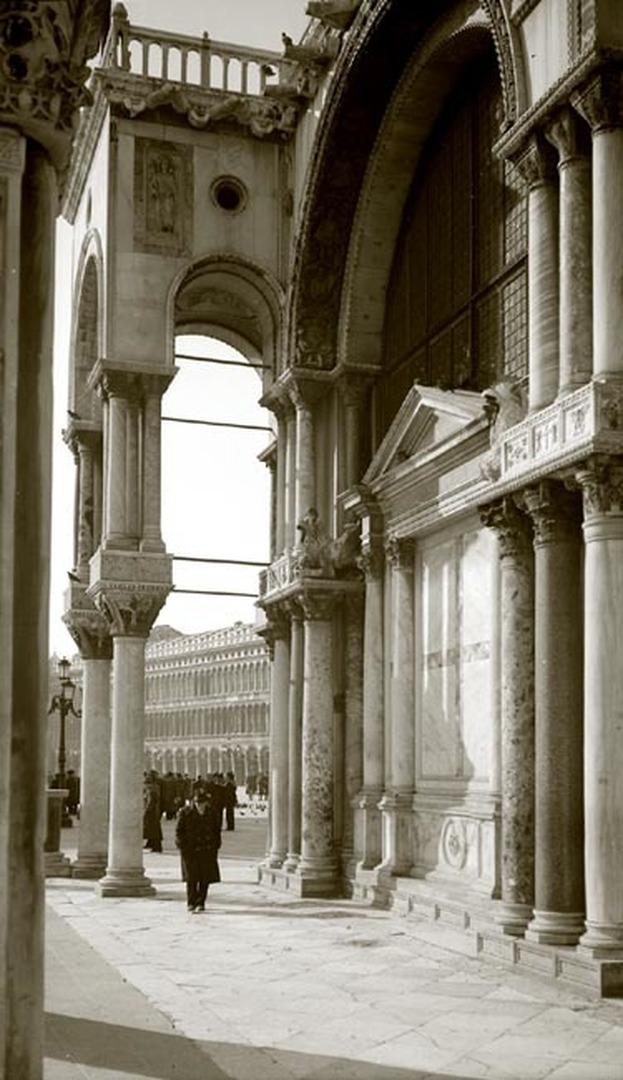 Venedig, San Marco, Fassade, Durchblick zum Markusplatz.jpg