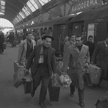 Heimfahrt italienischer Gastarbeiter zu Weihnachten, 1962.jpg