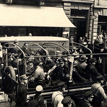 Verhaftete Sozialdemokraten werden im offenen Wagen durch Karlsruhe gefahren, 1933.jpg