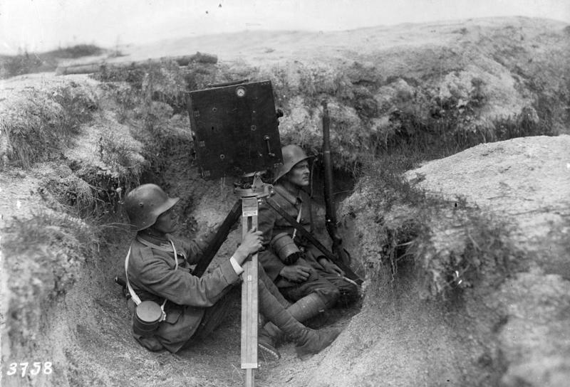 Deutscher Kamera-Operateur im Schützengraben