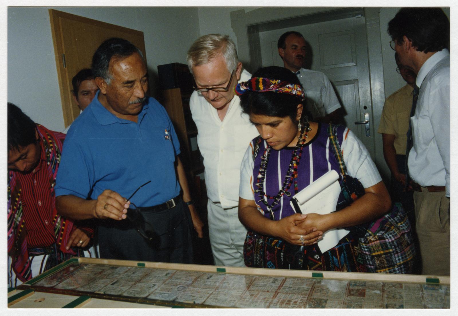 Die Maya-Priesterin Vilma Cristina Poz Perez vor dem Codex Dresdensis