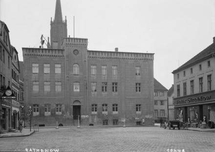 nadine_Rathaus_ - Deutsche Digitale Bibliothek_beschnitten.jpg