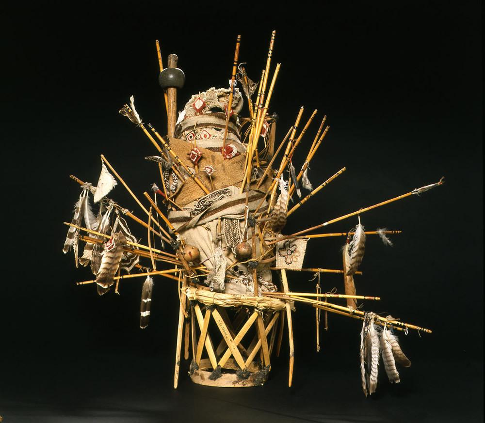 Tatutsí uistenári, der Gott der Kinder, auf seinem Stuhl