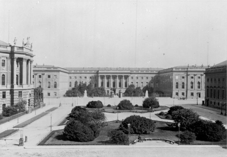 Blick vom Opernplatz auf die Universität in der Straße Unter den Linden