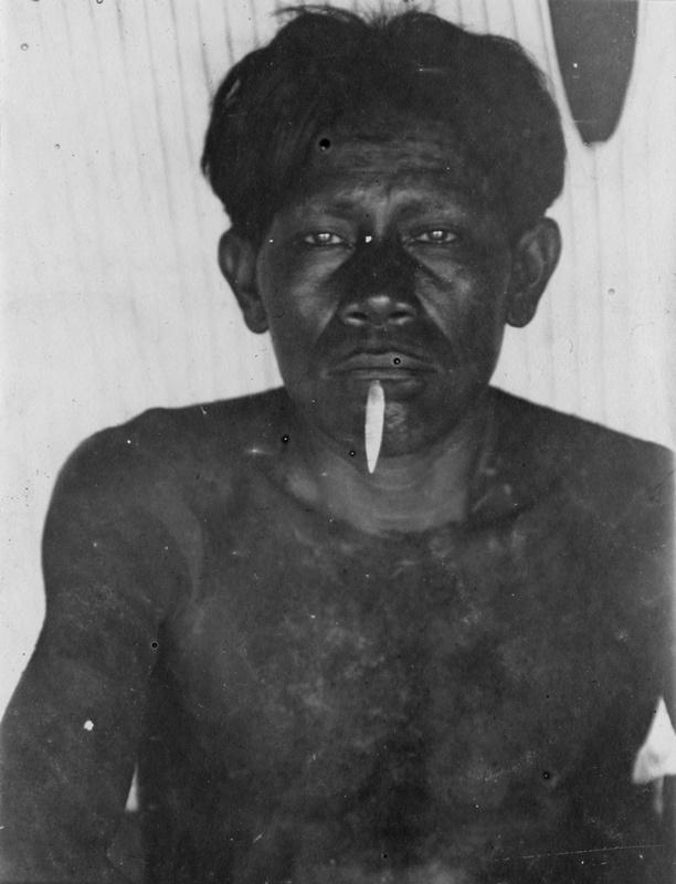 Mann mit Lippenpflock (Uitoto)