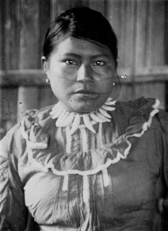 Uitoto-Frau in westlicher Kleidung