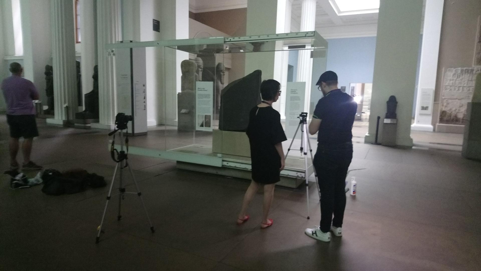 Scan in London - Eleni Bozia + Angelos Barmpoutis von der Uni Florida bauen die Kameras auf, Foto F. Naether.JPG