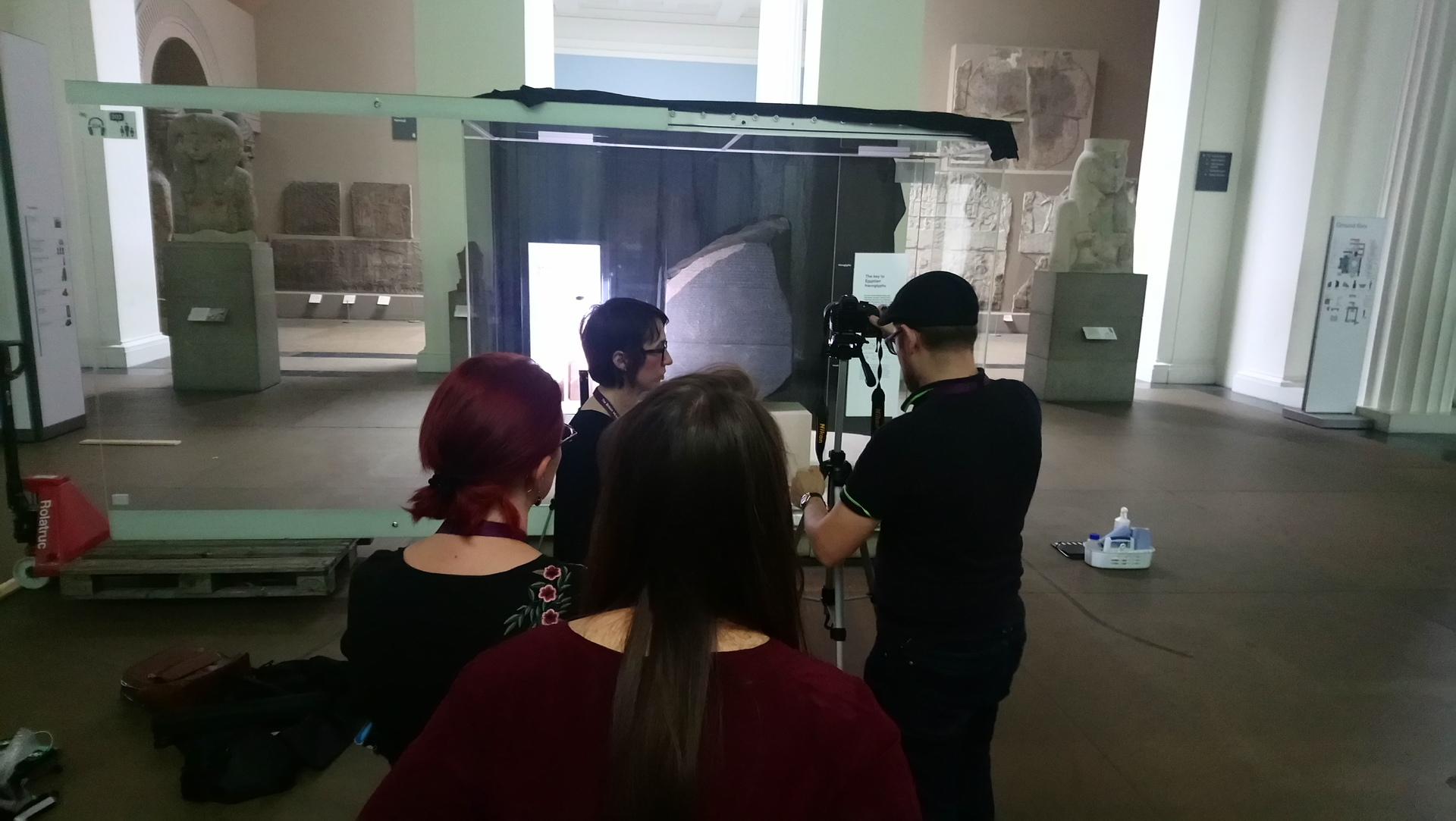 Scan in London - Prüfen der Lichtverhältnisse im British Museum für die Aufnahmen, Foto F. Naether.JPG