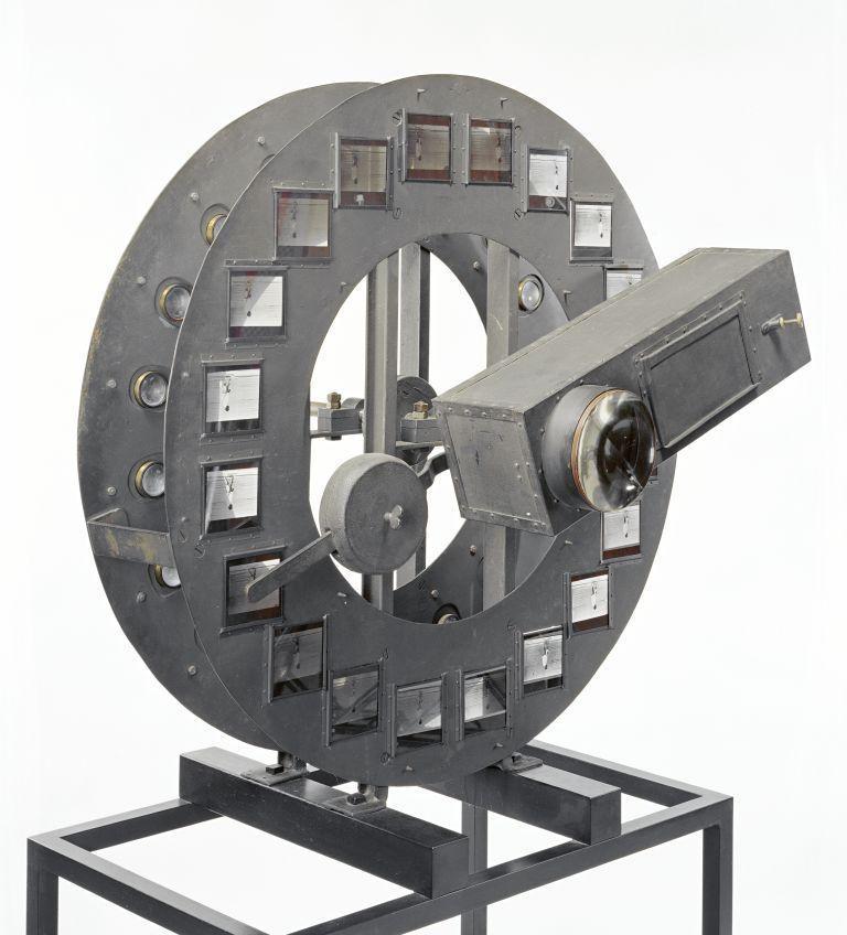 Kinematographischer Projektionsapparat für Reihen-Momentfotografien