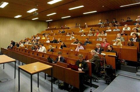 640px-Wikipedia_trifft_Altertum_-_Auditorium.jpg